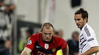 Přes Tomáše Sivoka v dresu Besiktase (vpravo) proniká Wayne Rooney.