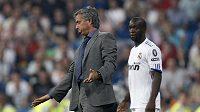 Kouč Realu Madrid Jose Mourinho gestikuluje během utkání Ligy mistrů proti Ajaxu Amsterdam. Sleduje ho Lassana Diarra.