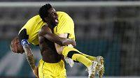 Oslava vítězství v Lausanne. Bony Wilfried nese na ramenou kapitána Sparty Tomáše Řepku.
