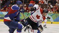 Kanaďan Sidney Crosby (v bílém) se snaží dostat přes slovenského obránce Zdena Cháru