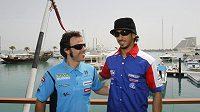 Katarský nováček šampionátu Meshal Al Naimi (vpravo) zapózoval v přístavu s exšampionem Lorisem Capirossim.