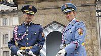 Na bodák! Oštěpařka Barbora Špotáková (vpravo) a její trenér Jan Železný v roli strážců Pražského hradu.