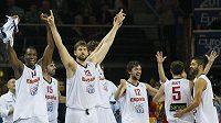 Basketbalisté Španélska se radují z vítězství na mistrovství Evropy.