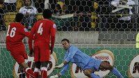 Brankář Nového Zélandu Mark Paston chytá penaltu v zápase s Bahrajnem. Ilustrační foto.
