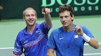 Čeští tenisté Lukáš Dlouhý a Tomáš Berdych zdraví diváky po vítězství ve čtyřhře nad Kazachy.
