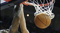 Basketbalista Clevelandu LeBron James střílí koš New Jersey.