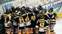 Hokejisté Litvínova oslavují vítězství na ledě Sparty.