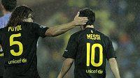 Carles Puyol (vlevo) chválí svého spoluhráče z Barcelony Lionela Messiho.