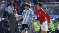 Argentinský fotbalista Lionel Messi (vlevo) si kryje míč před Kim Jung-woo z Korejské republiky.
