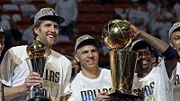 Basketbalisté Dallasu se radují z poháru pro vítěze NBA.