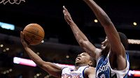 Basketbalista Los Angeles Clippers' Sebastian Telfair střílí koš Minnesotě Timberwolves'.