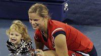 Belgická tenistka Kim Clijstersová pózuje společně se svojí dcerkou Jadou s trofejí pro vítězku US Open 2009.