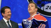Jednička loňského draftu NHL Taylor Hall obléká dres Edmontonu Oilers.