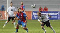 Plzeňský Petr Jiráček (vlevo) bojuje o míč s Fredrikem Winsnesem z Rosenborgu Trondheim.