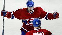 Hokejový obránce Jaroslav Špaček (čelem) se raduje se spoluhráčem z Montrealu.