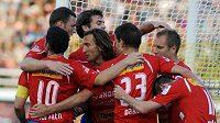 Hráči Plzně se před vyprodanými tribunami radují z výhry 7:0 nad Ústím.
