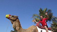 Slávista Zdeněk Šenkeřík se na soustředění v Dubaji projel na velbloudovi Charlesovi.