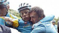 Lídr Astany Alexandr Vinokurov v péči týmových kolegů a lékařů po hrozivém pádu na Tour de France.