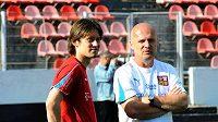 Hráč Tomáš Rosický a trenér Michal Bílek (vpravo) při rozmluvě během pondělního tréninku.