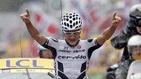 Německý cyklista Heinrich Haussler ze stáje Cervelo Test Team se raduje z vítězství ve 13. etapě Tour de France.