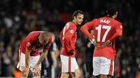 Zklamaní fotbalisté Manchesteru United Nemanja Vidič (vlevo), Dimitar Berbatov (uprostřed) a Nani.