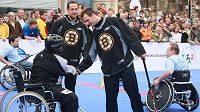 Hokejisté Bostonu Marco Sturm (vlevo) a David Krejčí se svými soupeři z Jedličkova ústavu