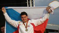 Jiří Lipták oslavuje zisk bronzové medaile v trapu na MS v Mnichově.