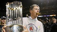 John Henry, většinový majitel baseballového klubu Boston Red Sox, při oslavách titulu v roce 2007. Od začátku října 2010 jeho společnost New England Sports Ventures vlastní anglický fotbalový Liverpool FC.