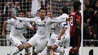 Cristiano Ronaldo z Realu Madrid oslavuje vstřelený gól v duelu s AC Milán.