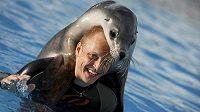 Finský pilot Mikko Hirvonen při vodních radovánkách