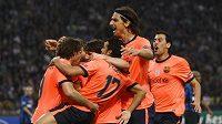 Oslavy hráčů Barcelony po úvodní trefě Pedra. Na San Siru první a také poslední.