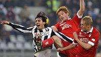 Alberta Aquilaniho z Juventusu (vlevo) brání fotbalisté Bari Alessandro Gazzi (uprostřed) a Kamil Glik.