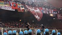 Srbští fanoušci řádí všude, kam přijdou.
