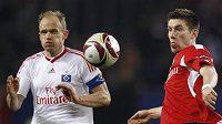 Kapitán Hamburku David Jarolím (vlevo) bojuje o balón se Sebastienem Pocognolim ze Standardu Lutych v utkání Evropské ligy.