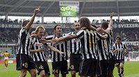 Fotbalisté Juventusu na starém stadionu Delle Alpi