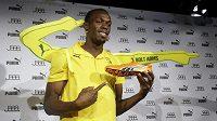 Jamajský sprinter Usain Bolt představuje své oranžové tretry, na nichž bude startovat na mistrovství světa.
