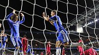 Fotbalisté Chelsea si proti Genku s chutí zastříleli a zvítězili 5:0. Na snímku oslavuje svou trefu Branislav Ivanovič (vpravo) s Davidem Luizem.