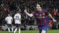 Barcelonský Lionel Messi oslavuje jednu ze svých tref v odvetném čtvrtfinálovém utkání Ligy mistrů proti Arsenalu.