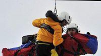 Rakouský lyžař Hans Grugger je odvážen helikoptérou do nemocnice