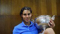 Rafael Nadal se z pařížské antuky rychle přesune na anglickou trávu.
