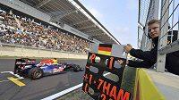Jezdec Red Bullu Sebastian Vettel dostává při průjezdu cílovou rovinkou na okruhu v korejském Jongam informace o ztrátě Lewise Hamiltona.
