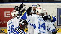 Hokejisté Plzně oslavují vstřelený gól v utkání s Litvínovem.