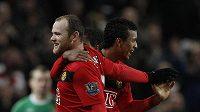 Útočník Manchesteru United Wayne Rooney (vlevo) se raduje se spoluhráčem Nanim z branky do sítě Manchesteru City.
