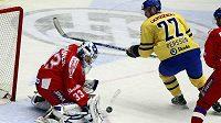 Švédský útočník Persson (vpravo) se snaží překonat českého brankáře Štěpánka.