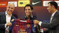Sportovní ředitel Barcelony Andoni Zubizarreta společně s Fábregasem po jeho příchodu na Nou Camp.