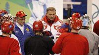 Ruští hokejisté na tréninku ve společnosti generálního manažera Vladislava Treťjaka (uprostřed) a trenérů Bykova se Zacharkinem