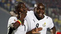 Reprezentanti Ghany do 20 let Abeiku Quansah (vlevo) a Opoku Agyemang se radují z branky v semifinále MS.