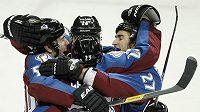 Milan Hejduk (23) v obležení radujících se spoluhráčů z Colorada po gólu do sítě Islanders.