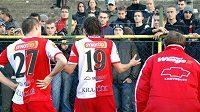 Peter Grajciar (vlevo) a Matej Krajčík se po prohře v Karviné omlouvají slávistickým fanouškům.