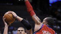 Basketbalista New Jersey Brook Lopez (vlevo) střílí koš mužstvu Philadelphie.